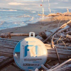 Fluorocarbon F1 Amato in spiaggia pescando a surfcasting